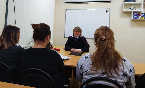 Сотрудники Судиславской автоинспекции провели занятия автошколе