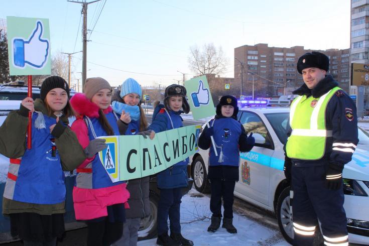 Дорожные полицейские Красноярска и дети из отряда ЮИД школы № 49 провели совместную акцию «Лайк водителю», посвященную взаимовежливости и соблюдению ПДД.