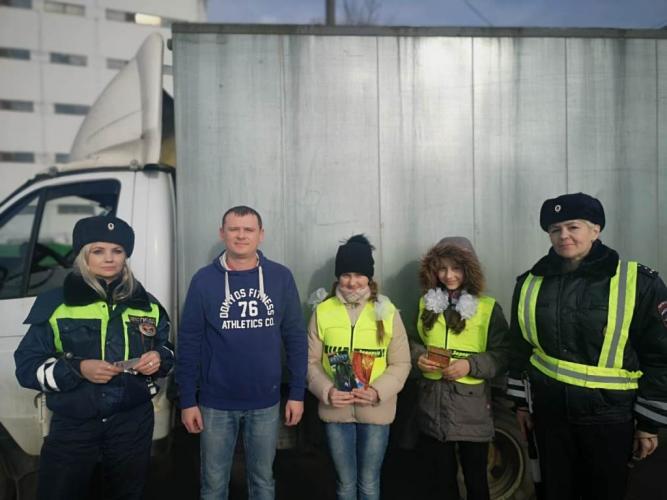 Сотрудницы ГИБДД Москвы поздравляют мужчин с Днем защитника Отечества