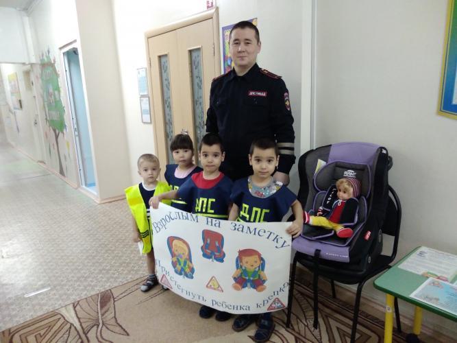 Госавтоинспекторы Югры и юные инспекторы движения продолжают знакомить детей с правилами безопасности на дорогах