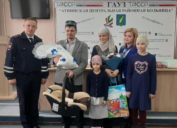 В Татарстане автоинспекторы рассказали будущим родителям об основах безопасности перевозок детей в автомобиле