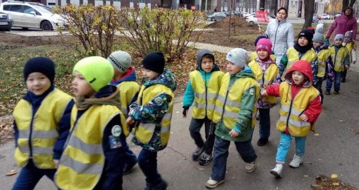 Сотрудники Госавтоинспекции совместно с воспитанниками детского сада провели профилактическое мероприятие «Шагающий автобус»