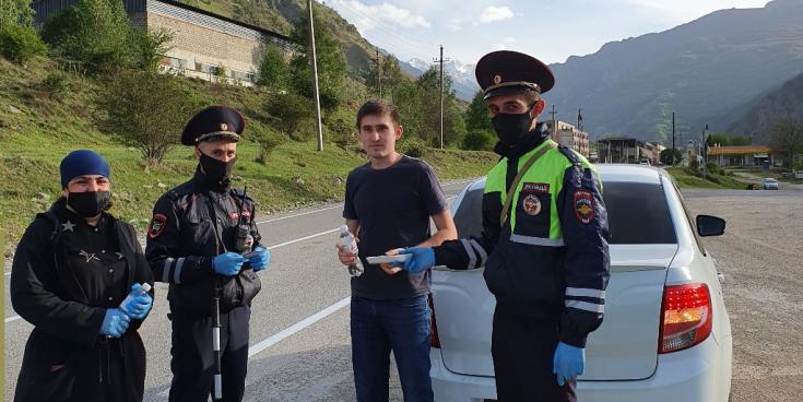 Финики, воду и добрые пожелания от автоинспекторов Кабардино-Балкарии получили десятки водителей и пассажиров