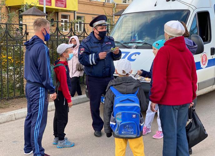 Автоинспекторы Бурятии проводят инструктажи безопасности на маршрутах движения детей к школам