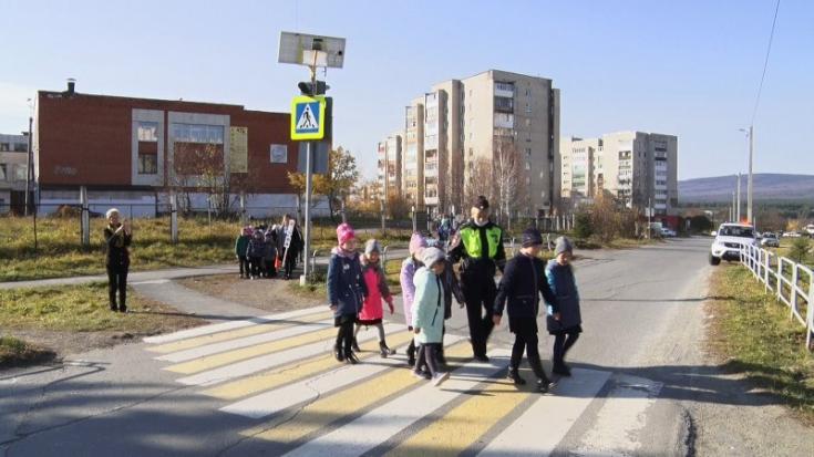 В Златоусте сотрудники ОГИБДД рассказали первоклассникам, как вести себя на пешеходном переходе