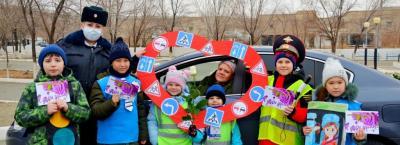 На Байконуре сотрудники подмосковной Госавтоинспекции провели праздничный рейд в преддверии Дня матери