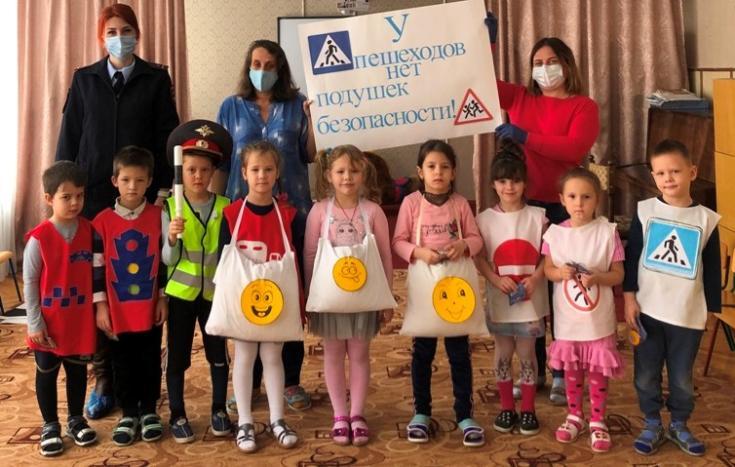 Дошкольники Адыгеи с помощью яркого плаката показали незащищенность пешеходов