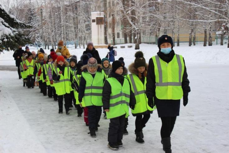 В Пензе автоинспекторы и школьники изучают безопасный маршрут из школы домой