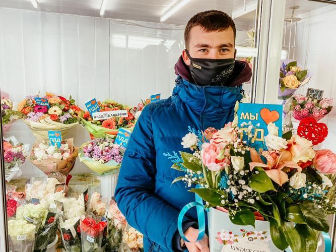 В преддверии Дня влюбленных сотрудники подмосковной Госавтоинспекции декорировали цветочные букеты тематическими посланиями