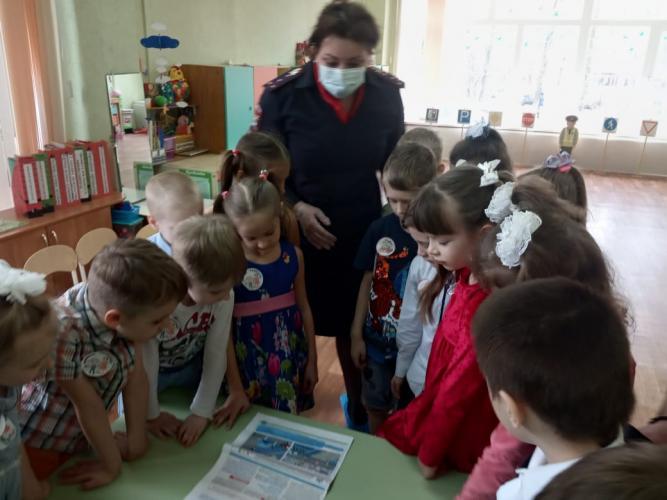 Курские госавтоинспекторы провели занятие в детском саду