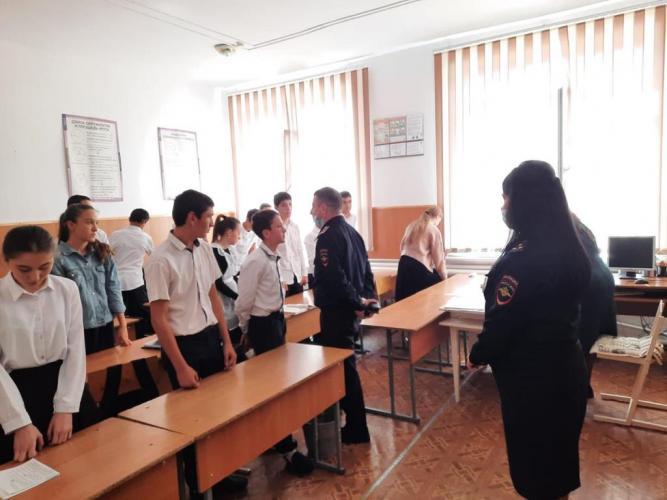 Автоинспекторы КБР проводят инструктажи безопасности с учениками районных школ